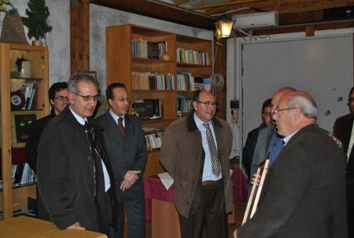 L'Avv. Sergio Mastroeni , l'ing. Carmelo Nino Melato , vice presidente vicario del Club Amici di Quasimodo nel momento della premiazione .