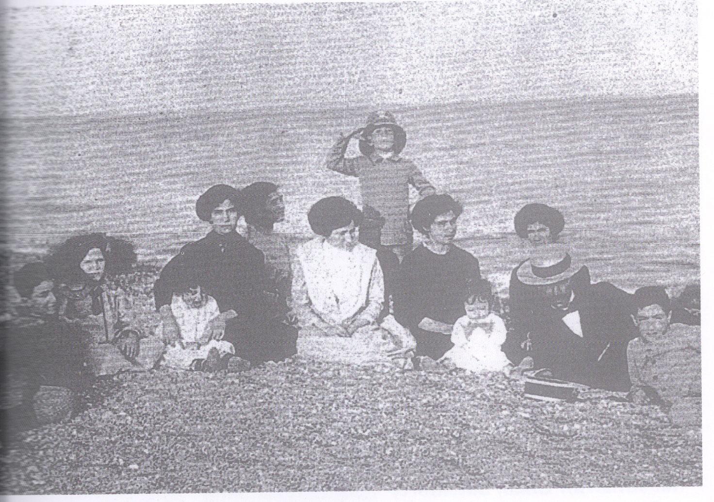 La famiglia Quasimodo sulla spiaggia di Roccalumera: a destra, il piccolo Salvatore