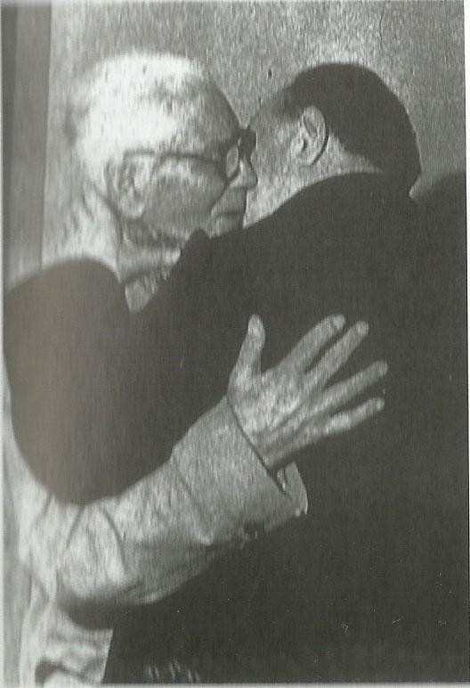 L'abbraccio con il padre a Roccalumera dopo l'assegnazione del Premio Nobel
