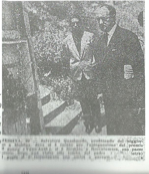 Quasidmodo con Carmelo Calabrò sulla tomba del padre al Cimitero di Roccalumera.